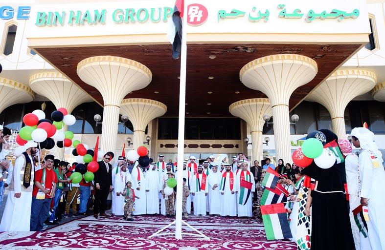 مسلم بن حم يرفع علم الدولة أمام المقر الرئيس لمجموعة بن حم بمشاركة أصحاب الهمم